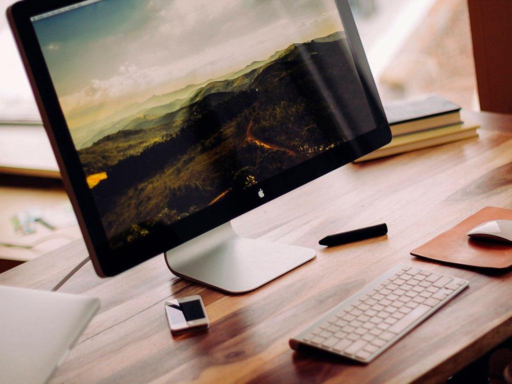 Монитор на столе