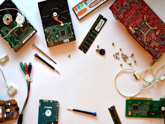 Детали компьютера на столе