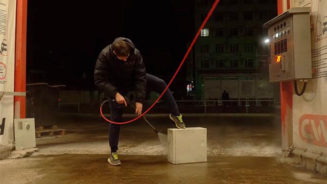 Ремонтяш с YouTube отмывает корпус компьютера на шиномонтажке