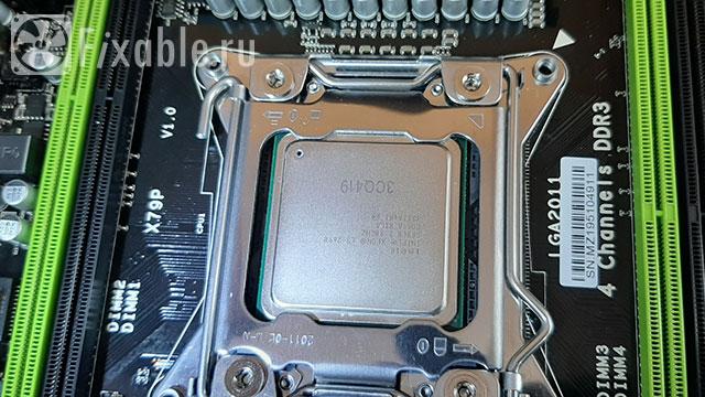 Процессор E5-2690 вставлен в сокет LGA2011