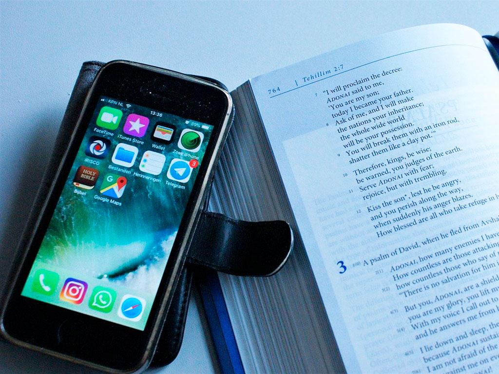 Книга и смартфон