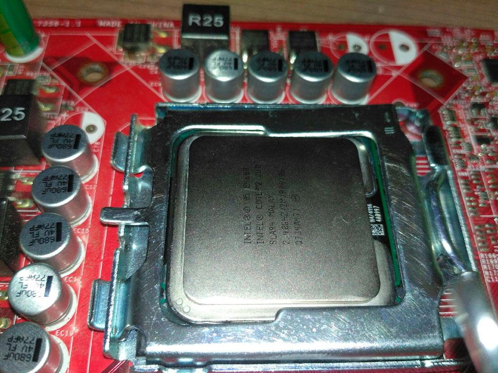 Материнская плата с процессором в 775 сокете
