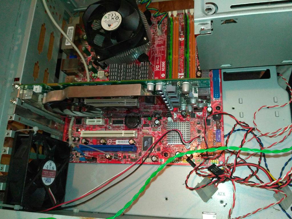 Системный блок ПК внутри с видеокартой 9600 GT