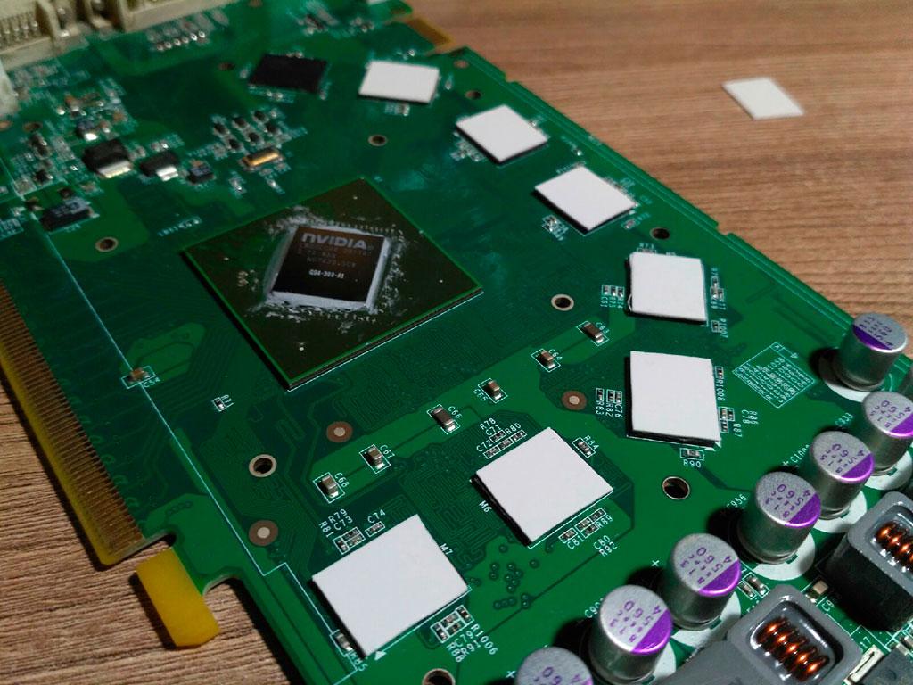 Налепили термопрокладку на чипы памяти видеокарты 9600 GT