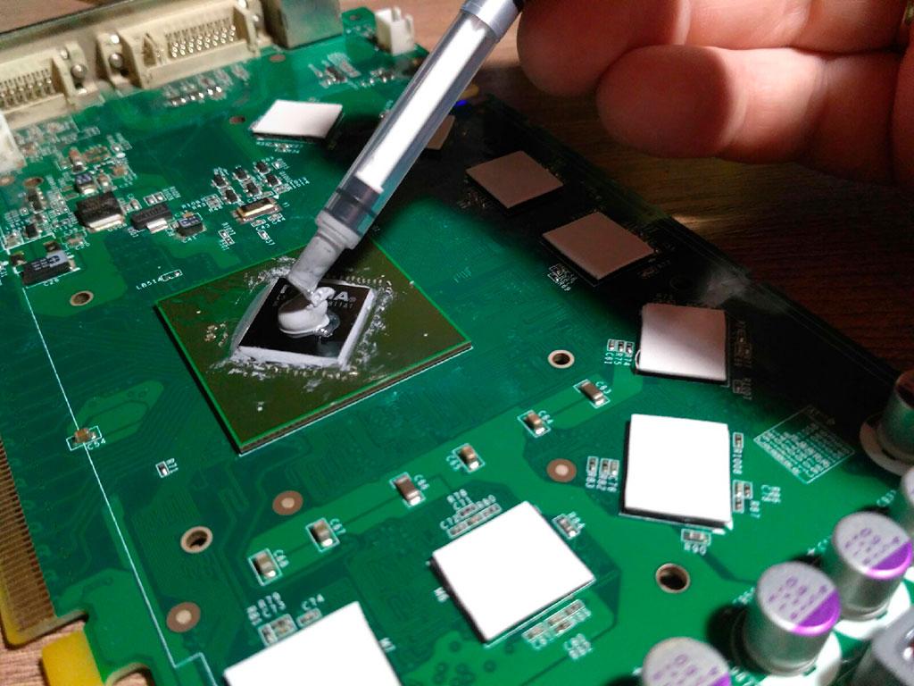 Мажем термопасту GD9000 на видеочип